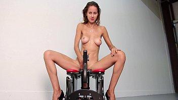 Porno doido com magrinha transando com a máquina do sexo