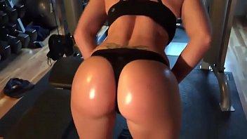 Sexo na academia com uma peituda fitness