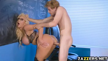 Video porno com professora peituda trepando com o aluno na sala de aula