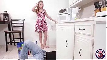 Fazendo sexo com encanador novinha fica toda pelada na cozinha