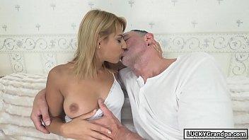 Menina dando a buceta para um velho tarado