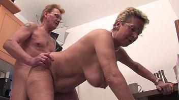 Velha puta transando com seu marido idoso