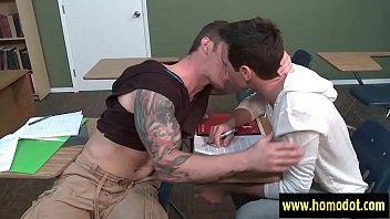 Putaria em um porno gay pegando o melhor amigo dentro da faculdade