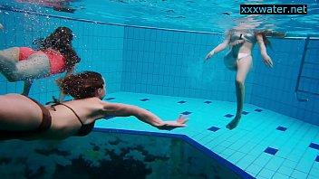 Garotas nuas na piscina brincando sem biquíni