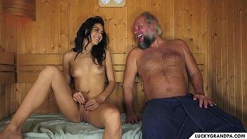Coroa comendo a neta dentro da sauna esquentando o lugar