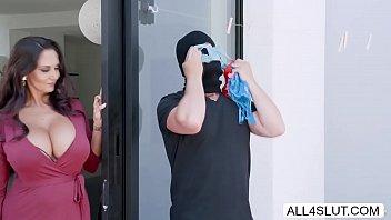 comendo a vizinha Ava Addams recebendo a pistola do bandido