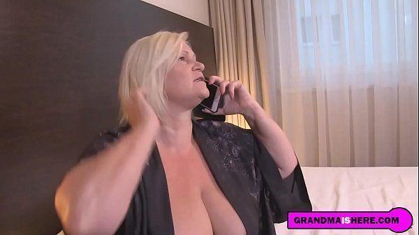 Coroa no sexo anal com gigolo