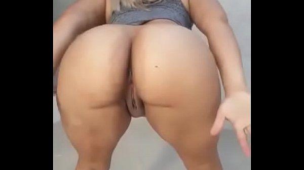 Mulher mostrando a buceta em uma dança sensual