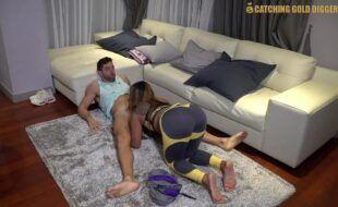 Amadora nua fazendo sexoxxx com o bem dotado encima do sofá